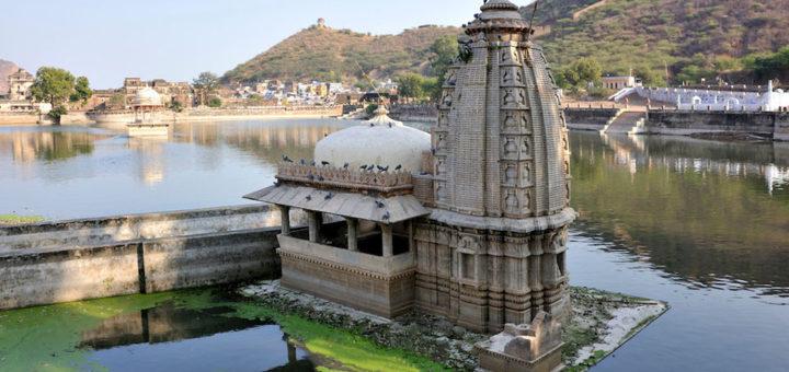 Nawal sagar and temple in bundi at rajasthani-tadka